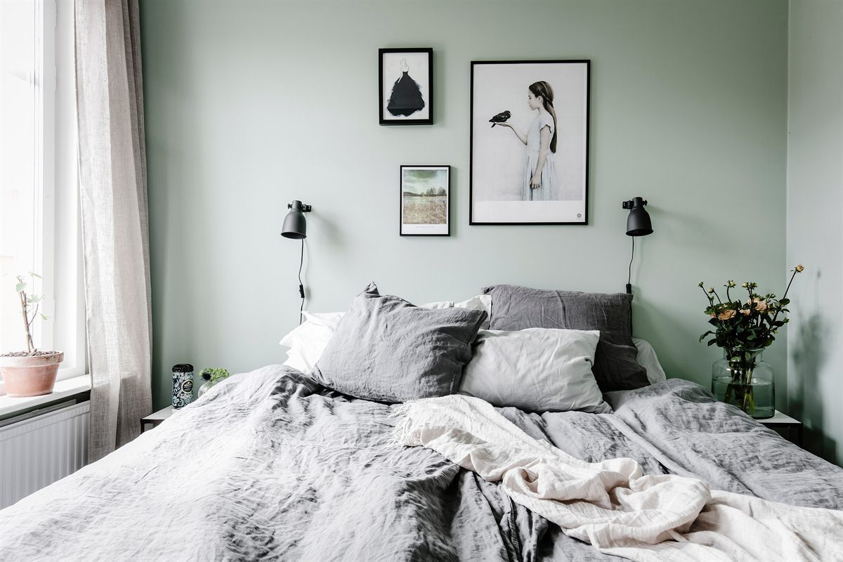 groene-muur-zwarte-lijsten-slaapkamer