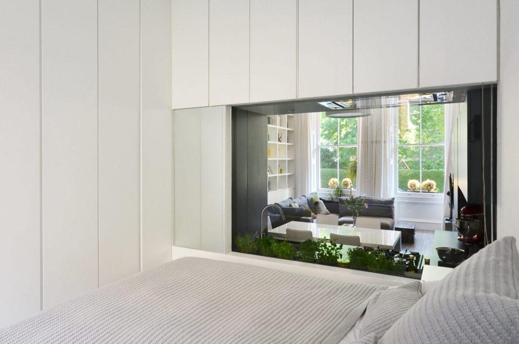 Grote glazen wand tussen slaapkamer en keuken
