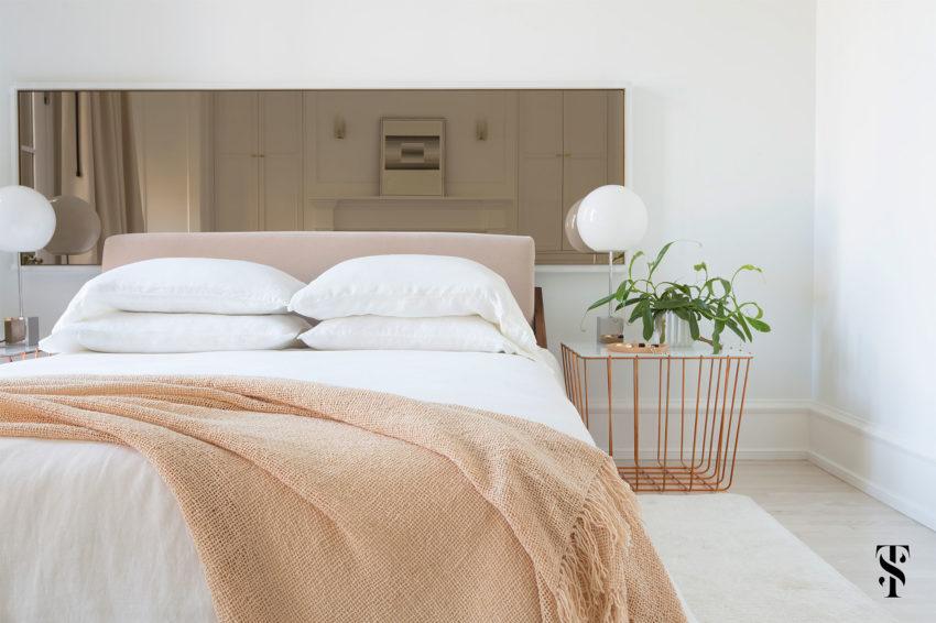 Grote lichte slaapkamer met een loungehoek