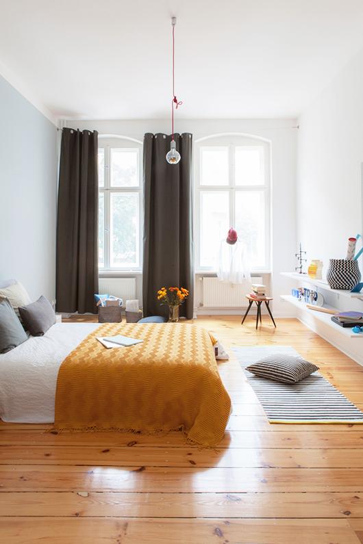 Ruime slaapkamer in een klein appartement