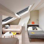 Halve scheidingswand tussen slaapkamer en woonkamer in klein studio appartement