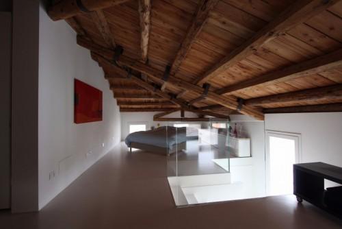 Strakke slaapkamer met rustiek houten plafond slaapkamer idee n - Slaapkamer met zichtbare balken ...