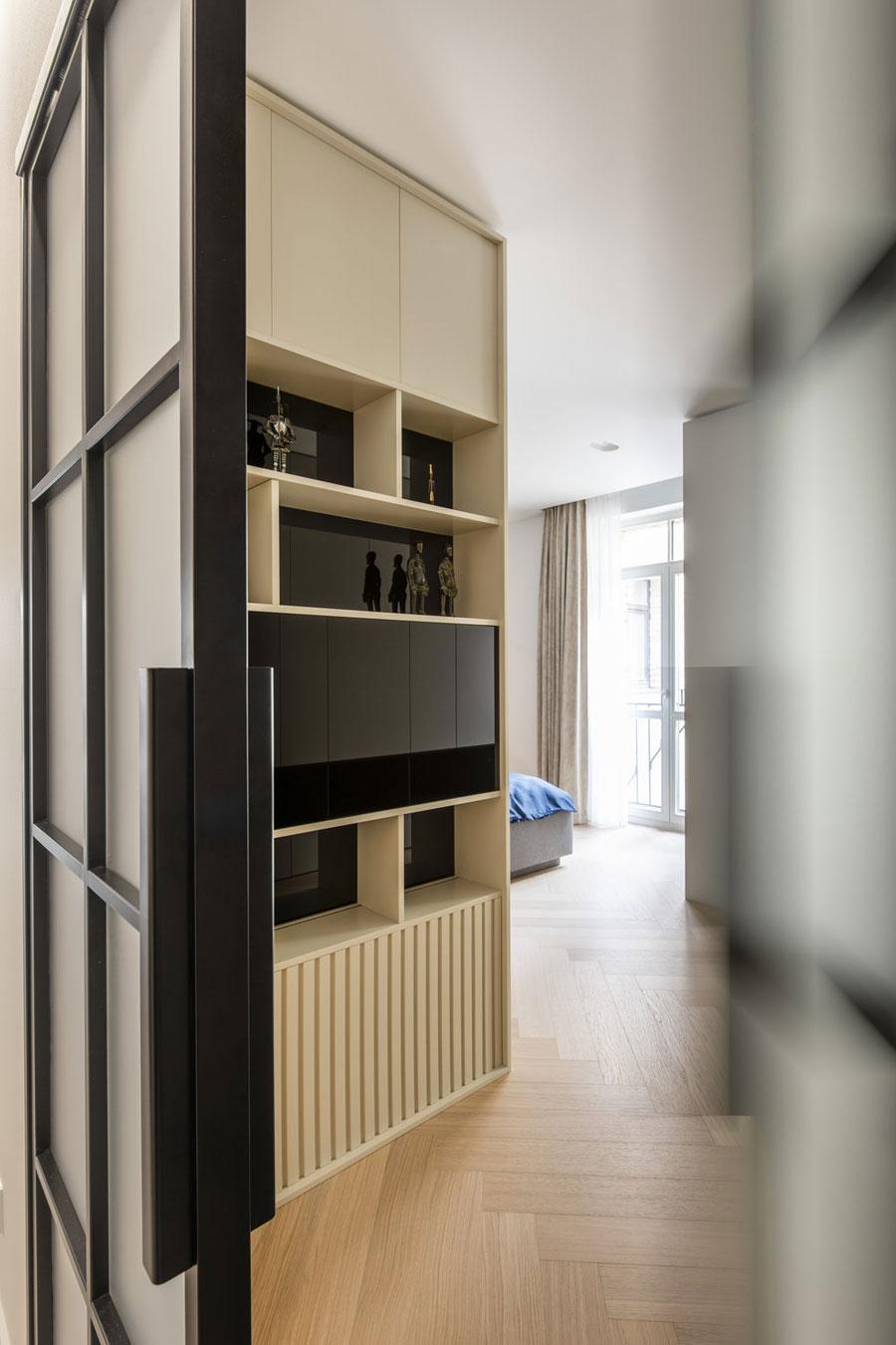 In deze strakke moderne slaapkamer hebben ze hele mooie maatkasten gebouwd