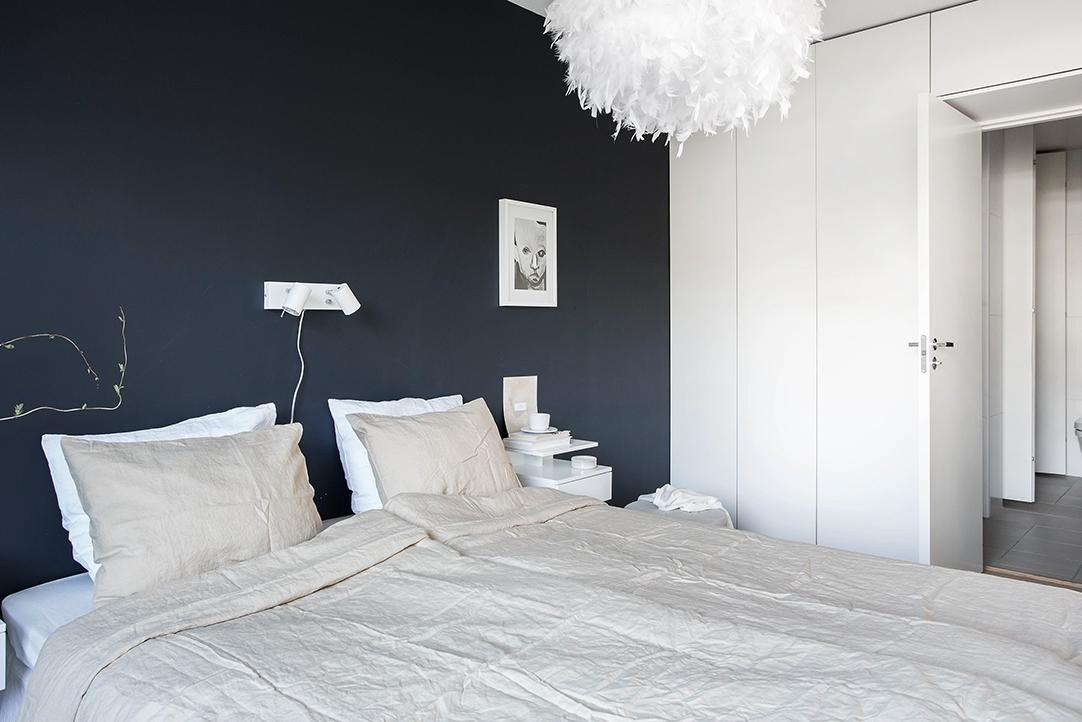Zwarte muur in een lichte slaapkamer slaapkamer idee n for Bed in muur
