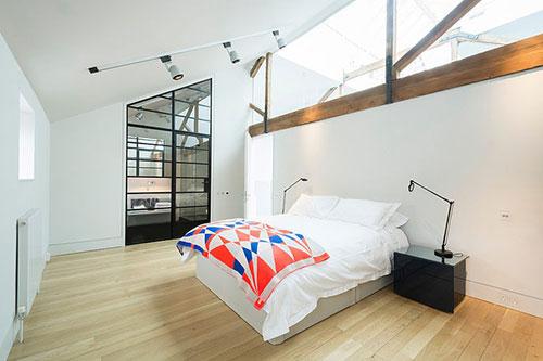Industriële deur in slaapkamer