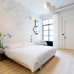 Industriële slaapkamer met romantisch behang