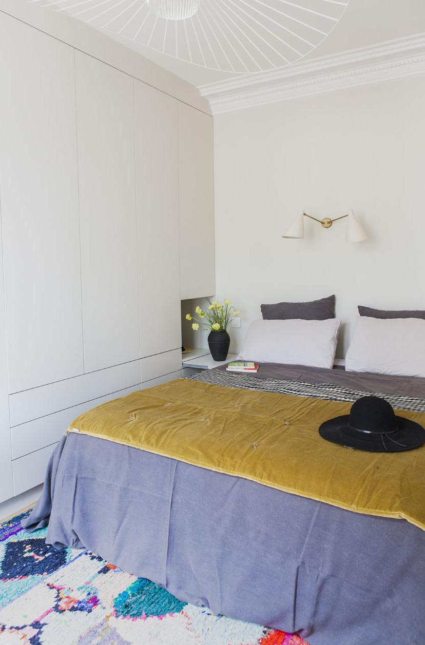 Interieurarchitectenbureau Desjeux Delaye heeft deze klassieke slaapkamer gemoderniseerd