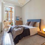 Karakteristieke slaapkamer met authentieke patroontegels en houten meubels