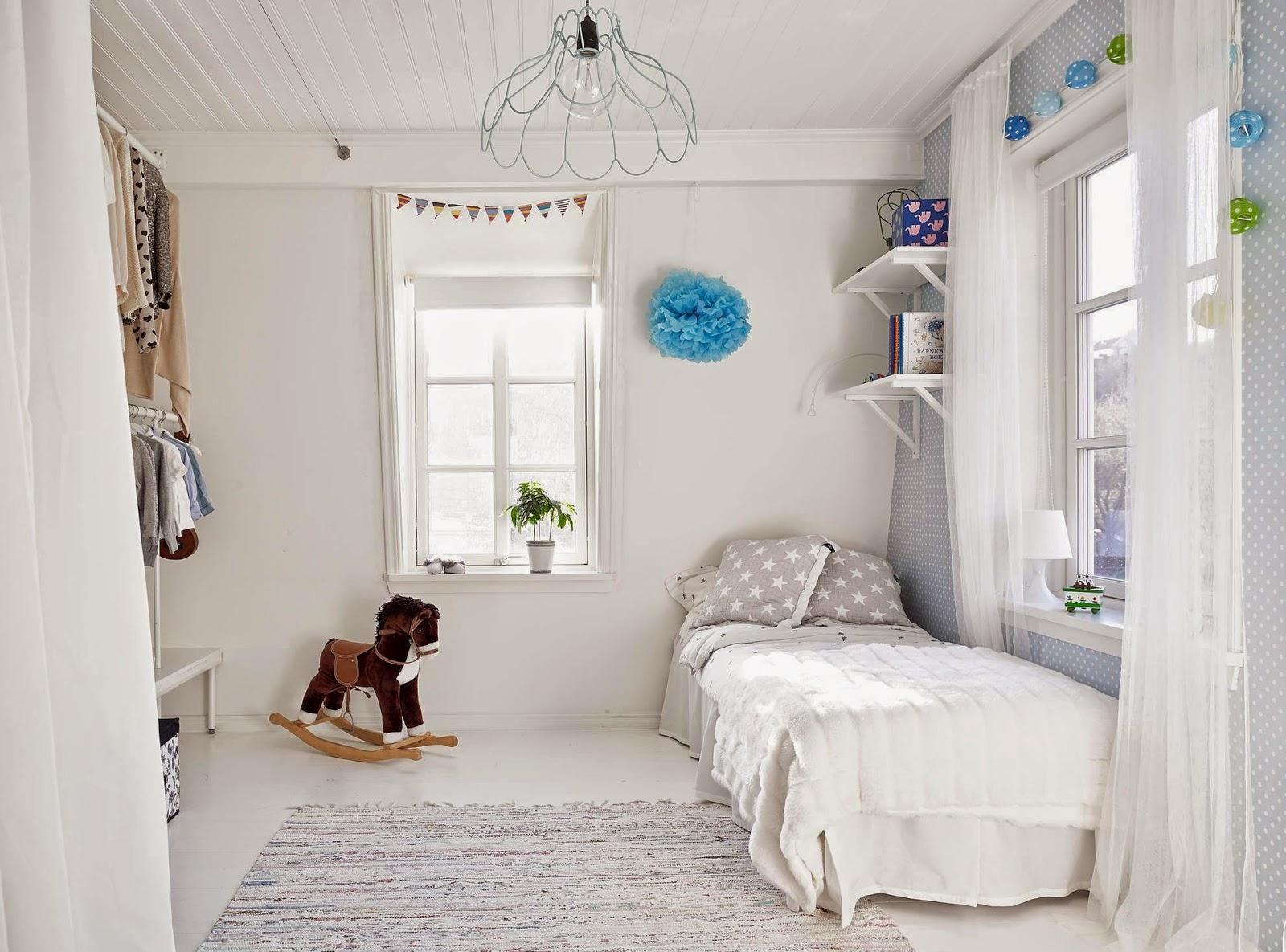 Kinderkamer met open inloopkast