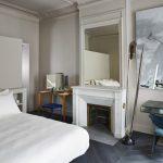 Klassiek, luxe, en super stijlvol ingerichte slaapkamer met inloopkast