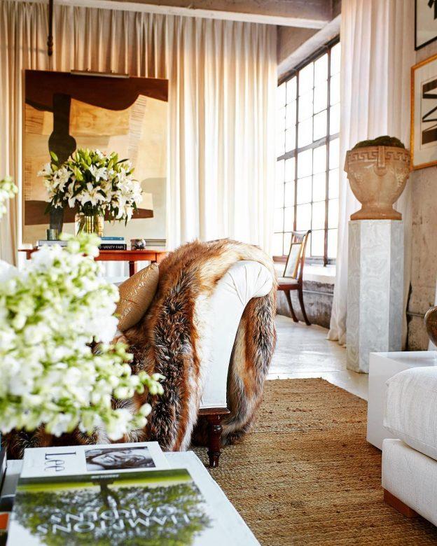 Klassieke industriële slaapkamer met gordijnen als scheidingswand
