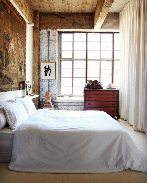 http://www.slaapkamer-ideeen.nl/wp-content/uploads/klassieke-industriele-slaapkamer-met-gordijnen-als-scheidingswand-3.jpg