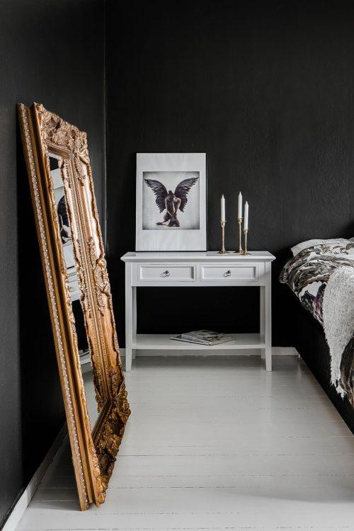 Klassieke sfeer in slaapkamer met zwarte muren