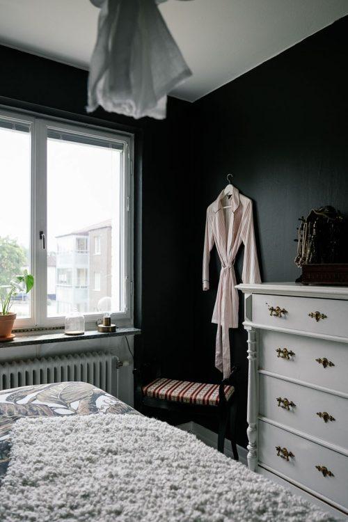 Klassieke Slaapkamer Ideeen : Klassieke sfeer in slaapkamer met zwarte ...