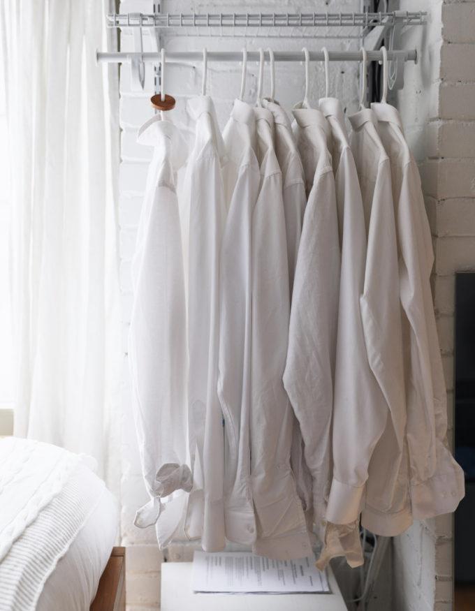 kledingrek-witte-shirts-slaapkamer