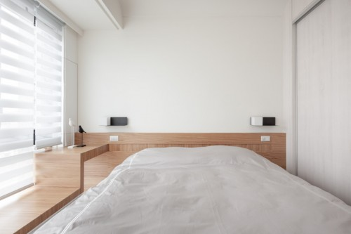 Kleine moderne slaapkamer met op maat gemaakt bed  Slaapkamer ideeën