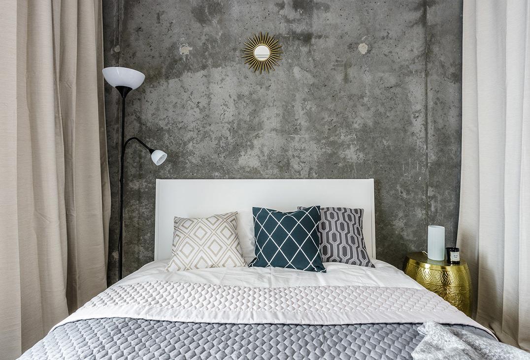 kleine-slaapkamer-betonnen-mur