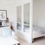 Kleine slaapkamer met glazen scheidingswand