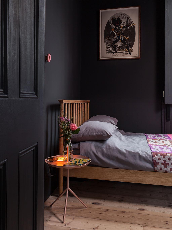 Kleine slaapkamer met zwarte muren