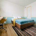 Kleurrijke Scandinavische slaapkamer in Rusland