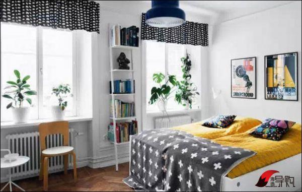 Kleurrijke slaapkamer van klein appartement