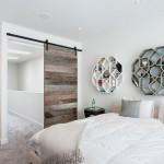 L-vormige slaapkamer met schuifdeuren