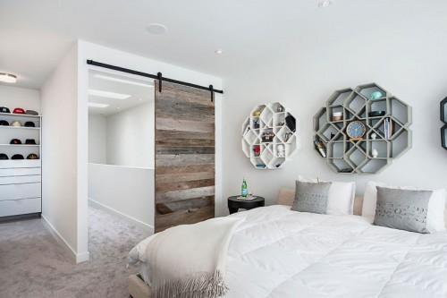 ... Een stoere l-vormige slaapkamer, die ook toegang biedt tot een eigen