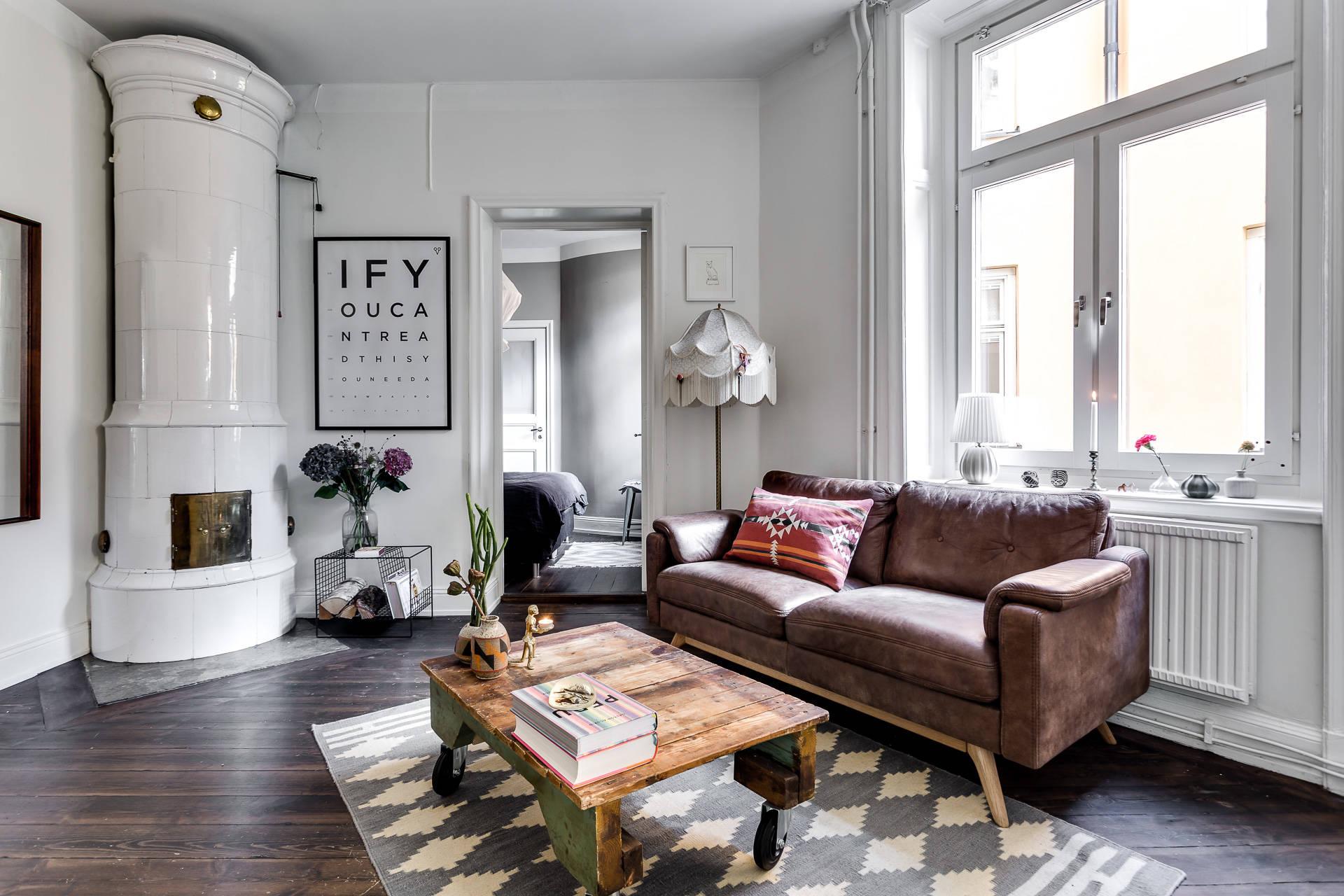 Leuke karakteristieke slaapkamer met leuke muurdecoratie