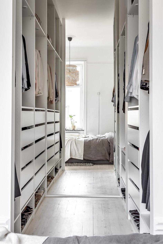 Leuke Scandinavische slaapkamer met de perfecte open inloopkast