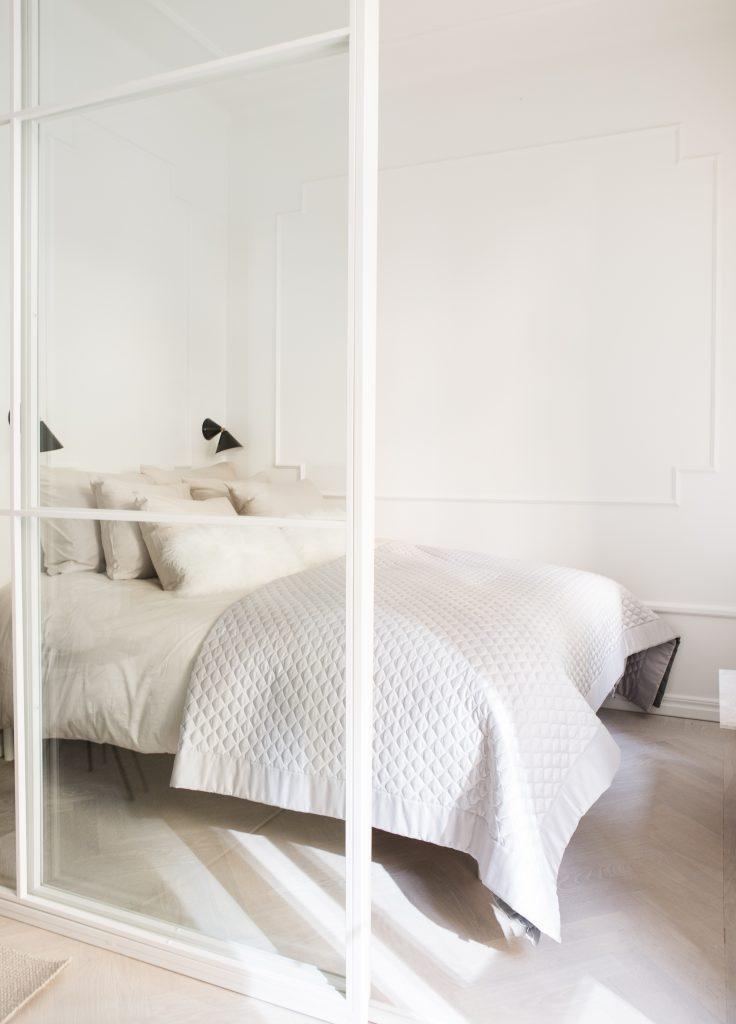 Lichte minimalistische slaapkamer uit Zweden