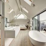 Lichte zolder slaapkamer badkamer suite