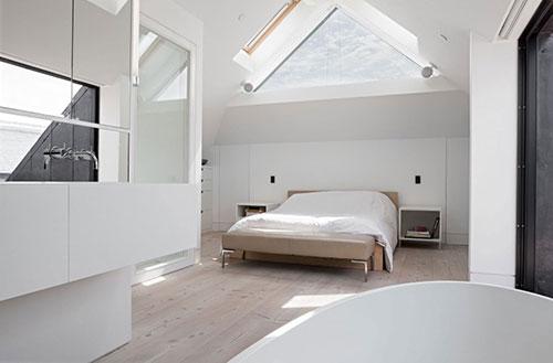 Lichte zolder slaapkamer badkamer suite  Slaapkamer ideeën