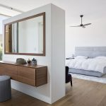 Luxe moderne slaapkamer met make-up tafel
