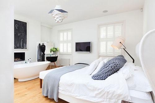 Luxe slaapkamer met bad en open haard