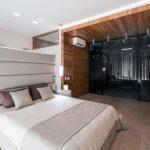 Luxe slaapkamer met glazen inloopkast