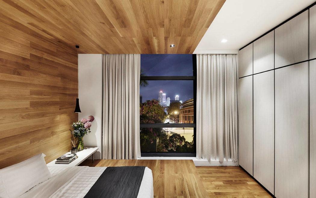 Luxe slaapkamer met houten vloer, wand en plafond