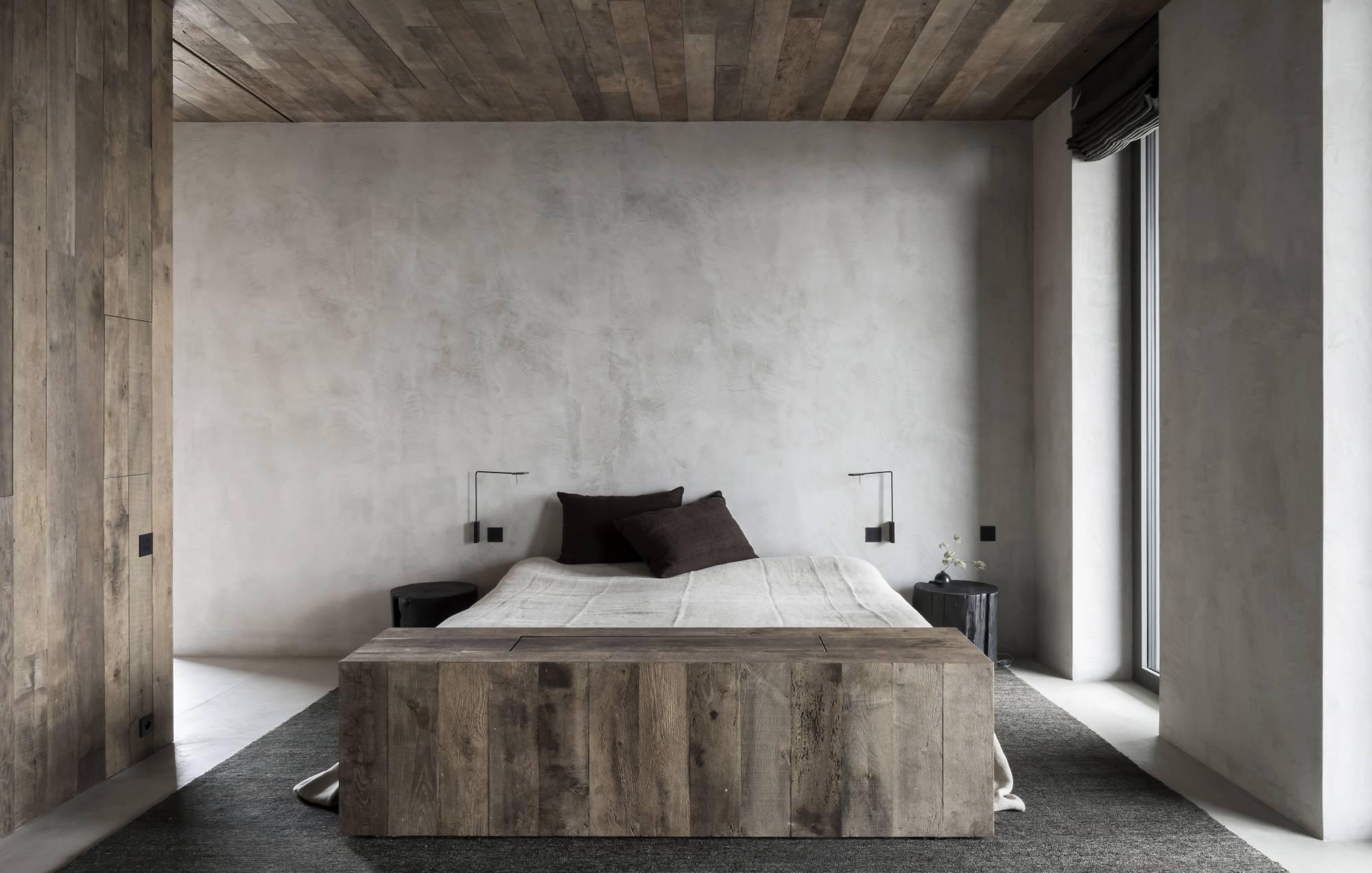 Minimalistisch stoere badkamer met betonlook en drijfhout