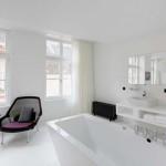 Minimalistisch witte slaapkamer van Zenden hotel
