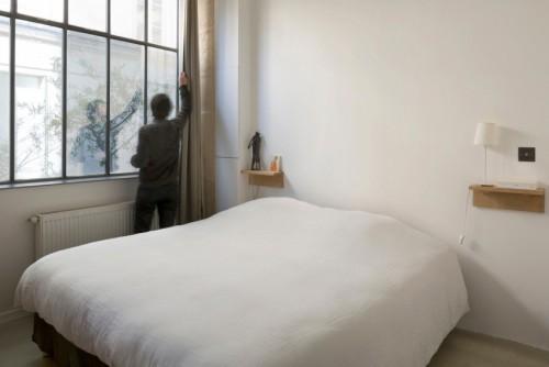 Minimalistische industriële slaapkamer in Franse loft