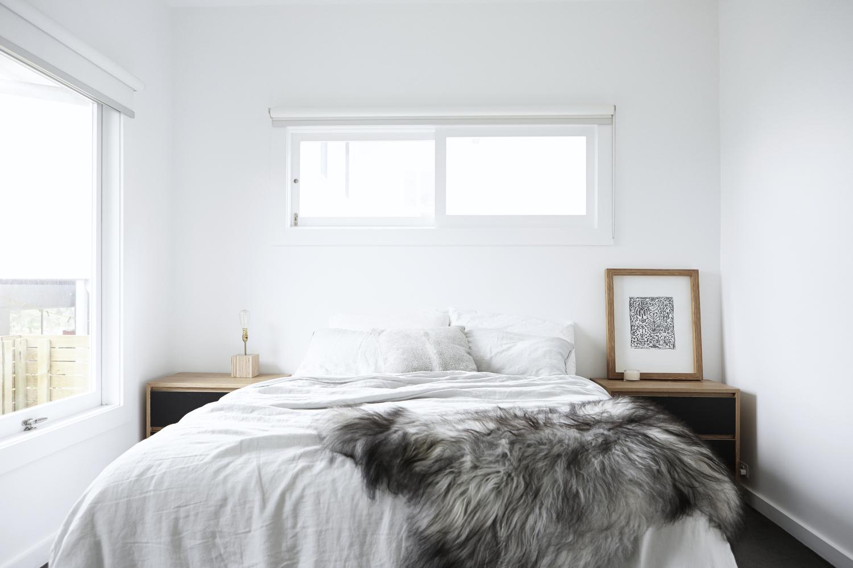 Minimalistische lichte slaapkamer door Amee Allsop | Slaapkamer ideeën