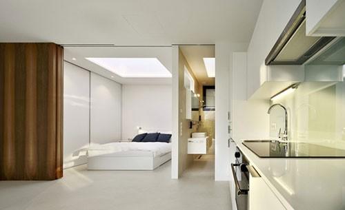 Minimalistische slaapkamer met dikke houten schuifdeuren