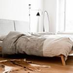 Minimalistische slaapkamer met hout
