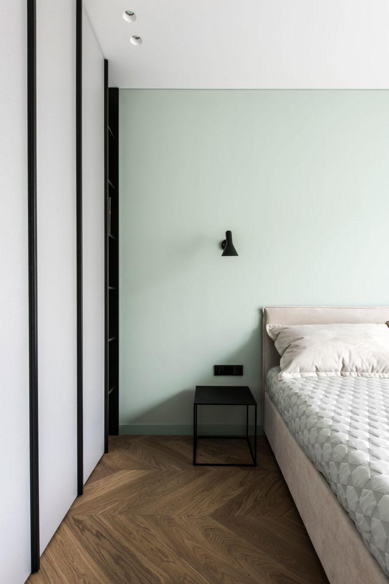 Minimalistische slaapkamer met visgraat vloer en mintgroene muren ...