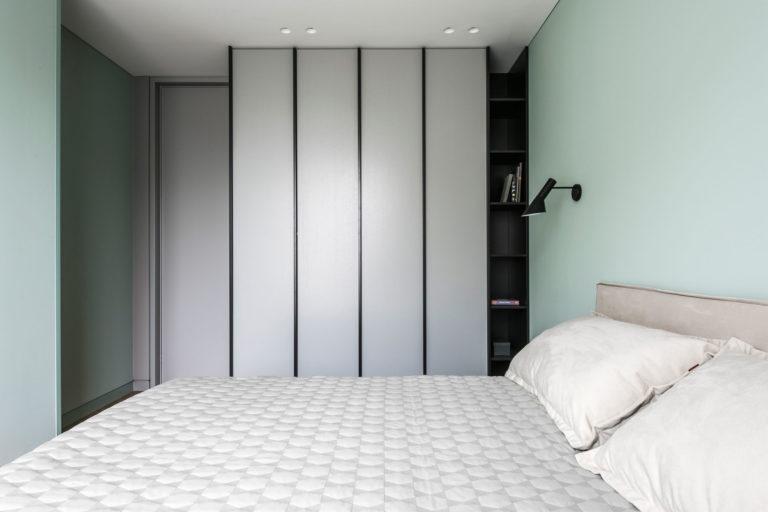 Kleine Minimalistische Slaapkamer : Minimalistische slaapkamer met visgraat vloer en mintgroene muren