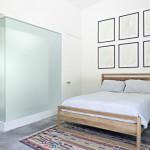 Minimalistische slaapkamer met betonnen vloer