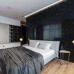 Modern slaapkamer ontwerp met half open badkamer door IQOSA
