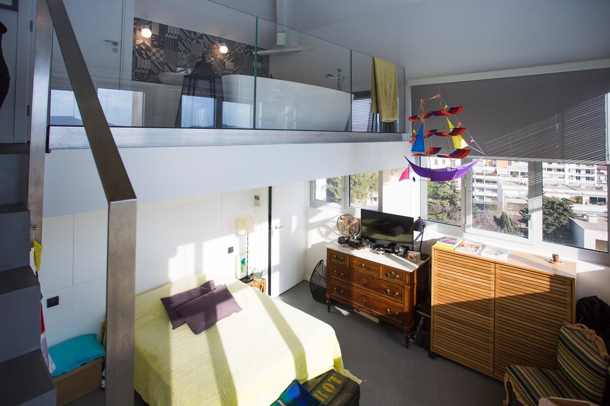 Moderne eclectische slaapkamer met vide badkamer