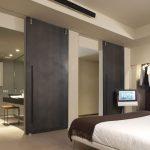 Moderne industriële slaapkamer met oen kledingkast