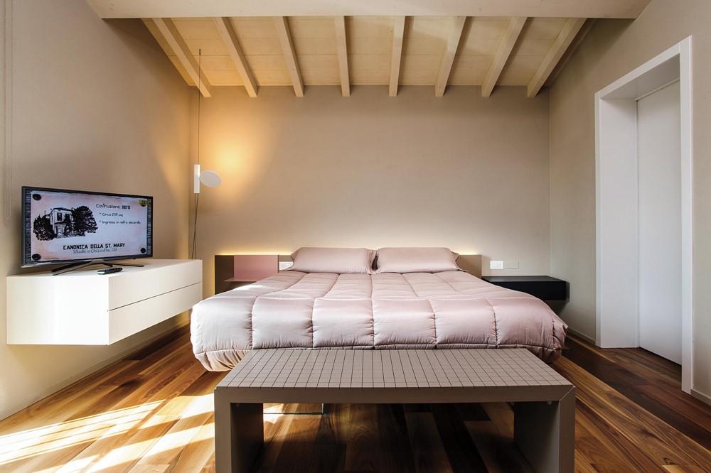 Moderne Italiaanse slaapkamer met inloopkast