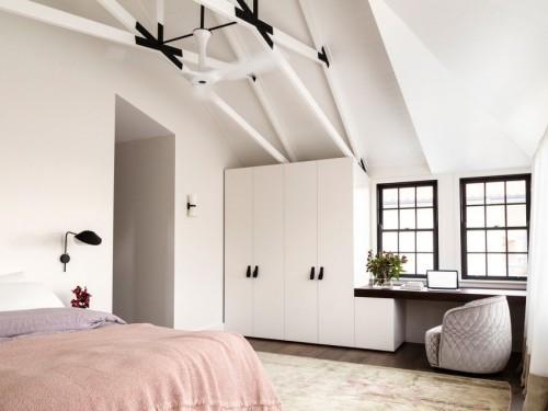 moderne klassieke slaapkamer onder nok van het dak